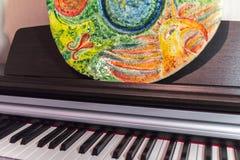 Handmade malująca glina talerza pozycja na pianinie zdjęcia stock