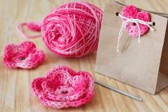 Handmade menchie szydełkują kwiaty i serce Obraz Stock
