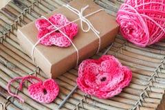 Handmade menchie szydełkują kwiaty i serce dla prezenta Fotografia Royalty Free