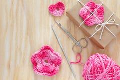 Handmade menchie szydełkują kwiaty, serce dla dekoraci prezent Obrazy Royalty Free