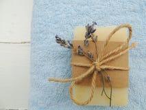 Handmade naturalny kąpielowy zdrój lawendy mydło na rocznika drewnianym tle Mydlany robić jaja są zakazane butelki mydlą spa Zdró Zdjęcia Stock