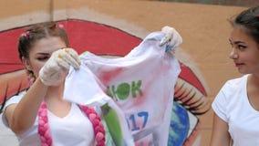Handmade obraz z używać kiści farbę, ulica styl, kolorowe koszulki z krótkimi rękawami w ręk dziewczynach outdoors zdjęcie wideo