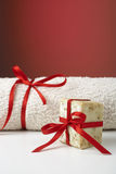 Handmade oliwki mydło i ręcznik jako prezent. Fotografia Royalty Free