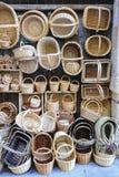 Handmade łozinowi kosze przy sklepem Fotografia Royalty Free