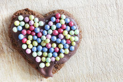 Handmade piernikowy serce dekorujący z cukrowymi perłami Fotografia Royalty Free