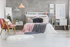 Handmade poduszka na łóżku obraz stock