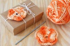 Handmade pomarańcze kwiatów szydełkowa dekoracja prezent Zdjęcie Royalty Free