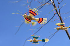 Handmade ptaki wiesza na drzewie Obrazy Royalty Free