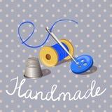 handmade rosque con una aguja, dedal, en un fondo del vintage Fotos de archivo