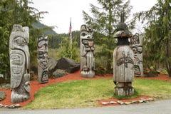 Handmade rzeźbiący totemów słupy podczas chmurnego dnia Obrazy Royalty Free