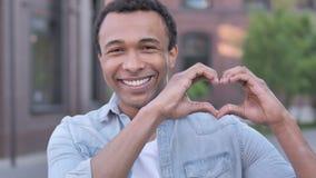 Handmade serce afrykański mężczyzny stać plenerowy zbiory