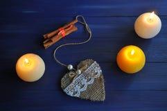 Handmade serce z cynamonem i płonącymi świeczkami fotografia stock