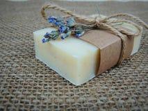Handmade spa σαπούνι burlap στο υπόβαθρο Παραγωγή σαπουνιών σφαίρες bars bottles soap spa SPA, φροντίδα δέρματος Στοκ Φωτογραφίες