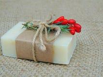Handmade spa σαπούνι burlap στο υπόβαθρο Παραγωγή σαπουνιών σφαίρες bars bottles soap spa SPA, φροντίδα δέρματος Στοκ Εικόνες