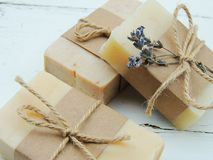 Handmade spa lavender σαπούνι στο εκλεκτής ποιότητας ξύλινο υπόβαθρο Παραγωγή σαπουνιών σφαίρες bars bottles soap spa Στοκ φωτογραφίες με δικαίωμα ελεύθερης χρήσης