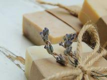 Handmade spa lavender σαπούνι στο εκλεκτής ποιότητας ξύλινο υπόβαθρο Παραγωγή σαπουνιών σφαίρες bars bottles soap spa Στοκ Εικόνες