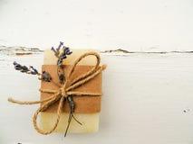 Handmade spa lavender σαπούνι στο εκλεκτής ποιότητας ξύλινο υπόβαθρο Παραγωγή σαπουνιών σφαίρες bars bottles soap spa Στοκ Φωτογραφίες