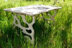 handmade stół, autora projekt, drewniany stół, gładkie formy w stołowym projekcie, obraz royalty free