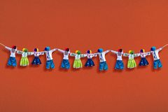 Handmade tekstylne lale na tle, tradycyjna ukraińska ludowa gałganiana lala Motanka w etnicznym stylu, antyczny kultura lud Zdjęcia Royalty Free