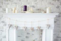 Handmade tekstylni biali serca wiesza na sznurze na białym ściana z cegieł, wieśniaka styl Zdjęcia Stock