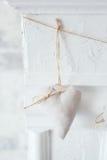 Handmade tekstylny biały serce na białym tle, wieśniaka styl Romansowy pojęcie Obrazy Stock