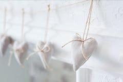 Handmade tekstylny biały serce na białym tle, wieśniaka styl Romansowy pojęcie Obraz Royalty Free
