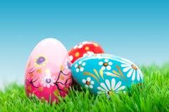 Handmade Wielkanocni jajka na trawie Wiosna wzory Fotografia Stock