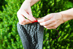 Handmade woolen szalika i kobiety ręki Fotografia Stock