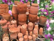 Handmaiden kwiatu ceramiczni garnki Kwiatu sklep z wiosny backgr Obraz Royalty Free
