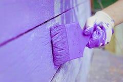 Handmalende violette hölzerne Wand Stockbild