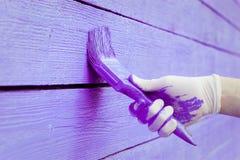 Handmalende violette hölzerne Wand Stockfoto