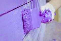 Handmalende violette hölzerne Wand Stockfotografie