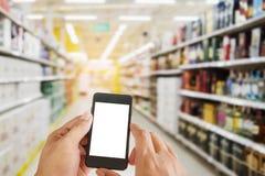 Handmann, der intelligentes Telefon auf Einkaufszentrum hält Lizenzfreie Stockfotografie