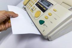 Handmannen använder en faxmaskin Royaltyfri Bild