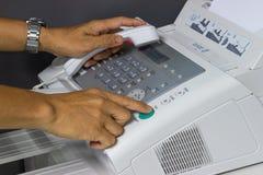 Handmannen använder en faxmaskin Royaltyfria Foton