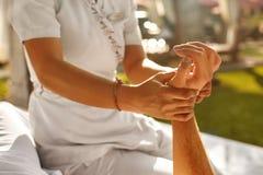 Handmassage bij Day Spa Salon in openlucht De zorg van de lichaamshuid Royalty-vrije Stock Foto