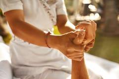 Handmassage bij Day Spa Salon in openlucht De zorg van de lichaamshuid Royalty-vrije Stock Fotografie