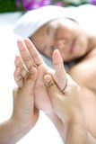 handmassage som mottar den avslappnande kvinnan Fotografering för Bildbyråer