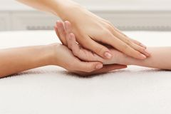 Handmassagenahaufnahme, Acupressure Stockfotografie