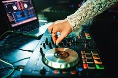 Handmeisje DJ met samenstelling en ring die muziek mengen Stock Fotografie