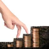 Handmenschliche Hand, die Münze zum Geld setzt Stockbild