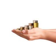 Handmenschliche Hand, die Münze zum Geld setzt Lizenzfreie Stockfotos