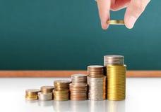 Handmenschliche Hand, die Münze zum Geld setzt Lizenzfreie Stockfotografie