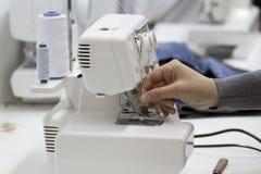 Handnaaister in de naaimachine. Stock Fotografie