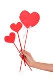 Handnahaufnahme, die Zeichen drei Herzen hält Stockfotos