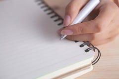 Handnotizbuchstift, der Nahaufnahme schreibt stockfotos