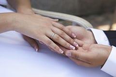 Handnygift personpar Fotografering för Bildbyråer