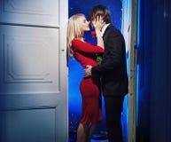Handome chłopak całuje jego dziewczyny zdjęcie stock
