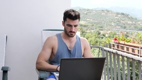Handosme mężczyzna Pracuje w domu przy Komputerowym biurkiem zbiory
