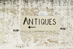 Handpainted знак антиквариатов на стене следа Стоковые Фотографии RF